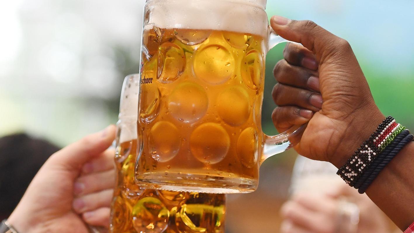 Ein Bier auf der Kärwa – wenn, dann nur unter freiem Himmel.