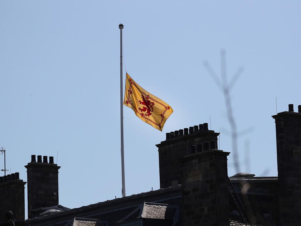 17.04.2021, Großbritannien, Edinburgh: Die Flagge am Holyrood Palace weht auf halbmast anlässlich der Beisetzung des britischen Prinzen Philip, Herzog von Edinburgh. Die Trauerfeier und Beisetzung von Prinz Philip, Ehemann der britischen Königin Elizabeth II. , finden auf Schloss Windsor statt. Prinz Philip war am 9. April im Alter von 99 Jahren gestorben. Foto: Scott Heppell/ap/dpa +++ dpa-Bildfunk +++