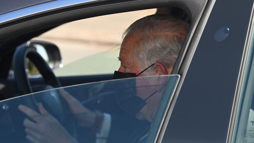 Nach und nach kommen die ersten Trauergäste ein, wie hier Prinz Charles ...