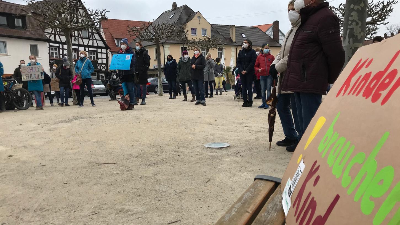 Eltern protestierten auf dem Forchheimer Marktplatz gegen die Schließung der Schulen.