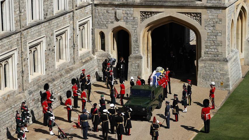 Auf Schloss Windsor begann die Beisetzungs-Feier von Prinz Philip mit einem Trauermarsch. Der Sarg mit den sterblichen Überresten des Ehemanns von Queen Elizabeth II. wurde von Soldaten aus der Residenz getragen. Enge Verwandte des Prinzgemahls folgten dem Sarg, darunter seine vier Kinder sowie seine Enkel Prinz William und Prinz Harry. Am Gottesdienst in der St. Georgs-Kapelle nahm wegen der Corona-Pandemie nur ein ausgewählter Kreis von 30 Gästen teil.Der Sarg wurde miteinem Land Rover Defender TD5 vom Schloss zur Kapelle gebracht. Das hatte sich Prinz Philip vor seinem Tod so gewünscht.
