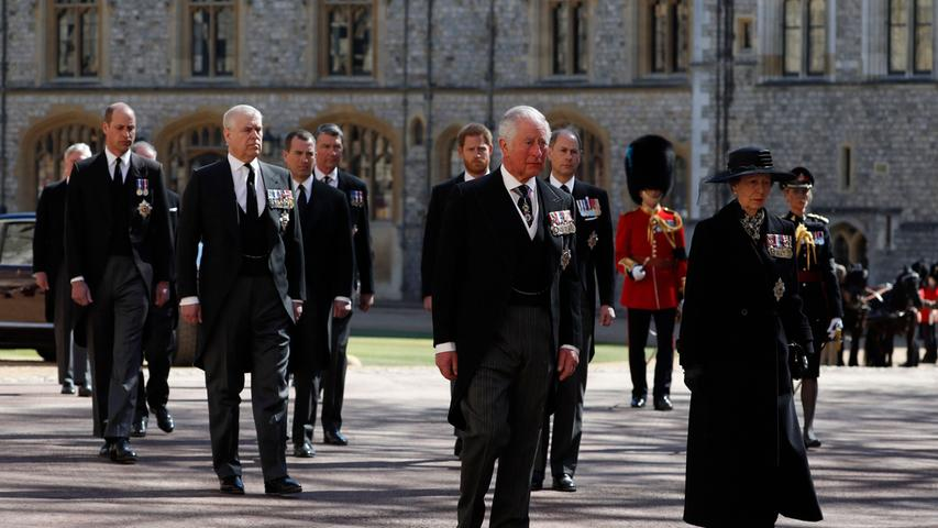 Prinz Charles, Prinzessin Anne, dahinter Prinz Andrew, Prinz Edward, gefolgt von Prinz William, Peter Phillips, Prinz Harry sowieDavid Armstrong-Jones und Sir Tim Laurence begleiten den Herzogvon Edinburgh auf seinem letzten Weg.