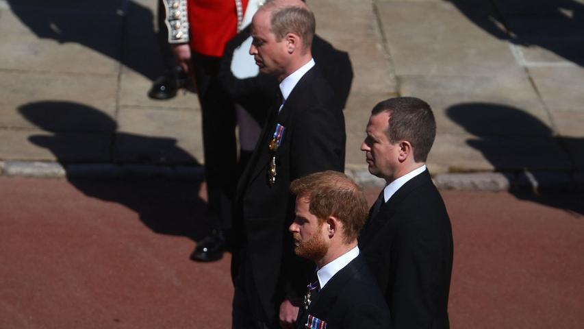 Prinz William und sein Bruder Prinz Harry folgtendem Sargzusammen mit Peter Phillips (Mitte), dem Sohn von Prinzessin Anne.