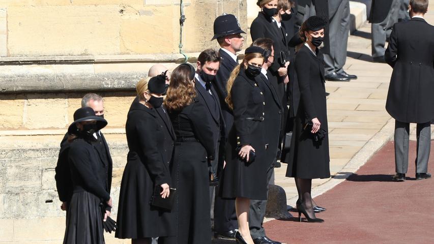 Den Trauerzug empfingen die Mitglieder des Königshauses, darunter die Ehefrau von Prinz William und die Enkel des Verstorbenen.