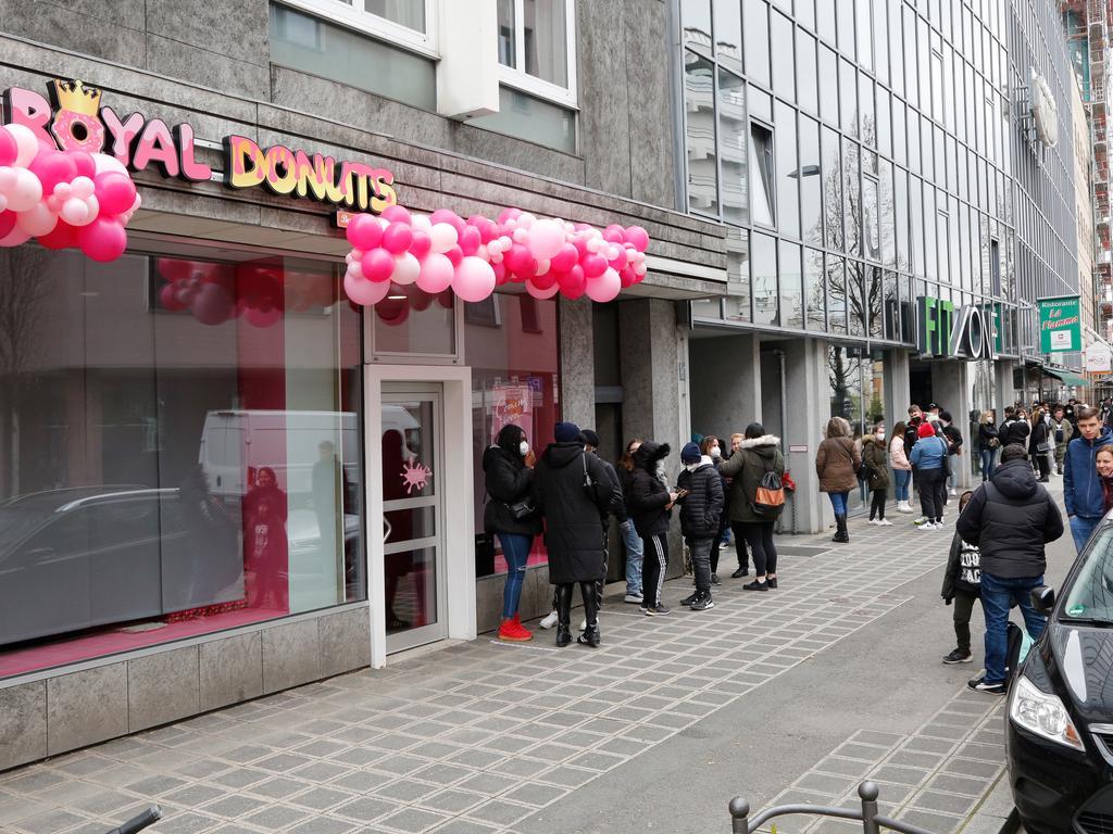 Nürnberg  , am 17.04.2021 Ressort: Lokales  Foto: Michael Matejka Dr.-Kurt-Schumacher-Straße 8, Royal Donuts Royal Donuts eröffnet eine Filiale in Nürnberg. Ansturm! Serie:1 Bild von 16