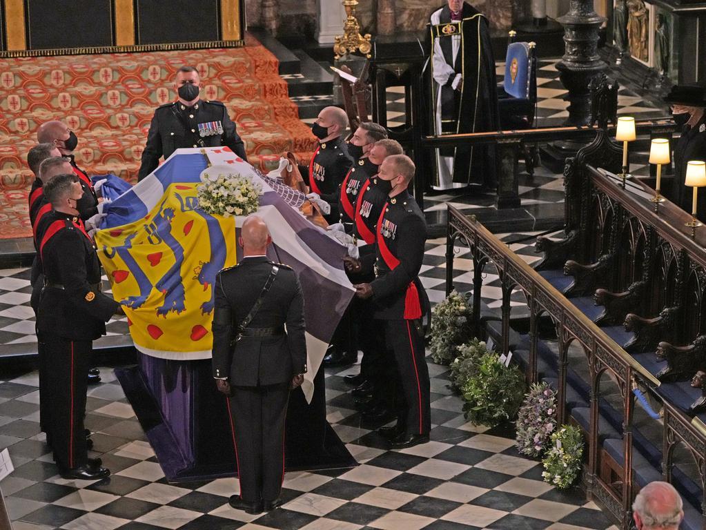 17.04.2021, Großbritannien, Windsor: Die britische Königin Elizabeth II. (r) sieht zu, wie der Sarg von Prinz Philip in die St.-Georgs-Kapelle auf Schloss Windsor getragen wird. Die Trauerfeier und Beisetzung von Queen-Ehemann Prinz Philip, Herzog von Edinburg, finden auf Schloss Windsor statt. Prinz Philip war am 9. April im Alter von 99 Jahren gestorben. Foto: Yui Mok/PA Wire/dpa +++ dpa-Bildfunk +++