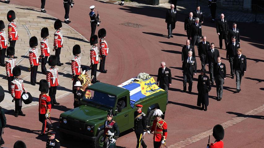 Neun engeMitglieder der Königsfamilie folgten dem Sarg zu Fuß.