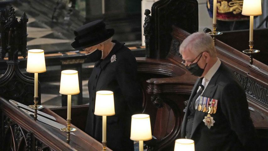 In derselbenReihe wie seine Mutter nahm Prinz Andrew Platz.
