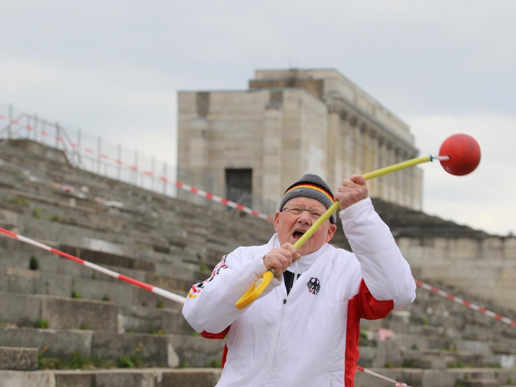 Foto: Dietmar Keller (Dieta@web.de) Motiv: Mutmach; Mutmach-Aktion, Lokalsport, Lokalsportpool; Da haben sich 2 Sportler gesucht und gefunden. Der eine heißt Dietmar Keller, ist 80 Jahre jung und topfit, der andere heißt  Achim Sanftleben, ist 77 und ebenfalls fit wie ein Turnschuh. Mit seinen 80 Jahren ist er topfit, stößt die Kugel, wirft den Hammer oder den  Speer und ist auch als mein Trainer mit seiner jahrzehntelangen Erfahrung ein  guter Trainer. So fahren wir gemeinsam zu nationalen, internationalen  Meisterschaften und wollen bei unseren Reisen nach Polen, Ungarn, Spanien,  Österreich usw. noch ein wenig von unser arbeitsreichen Leben mit Lebensfreude  ausklingen lassen.