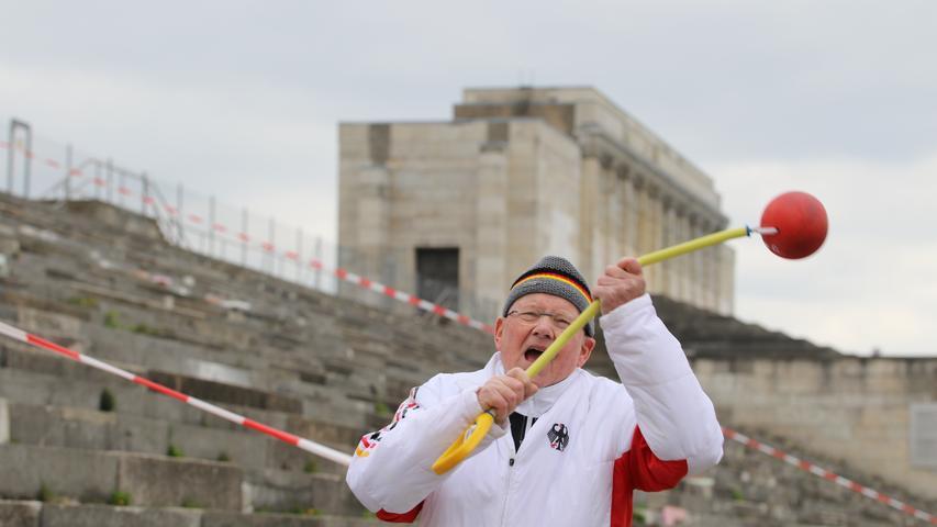 Auch mit 80 Jahren ist Dietmar Keller noch topfit.Er stößt die Kugel, wirft den Hammer (hier vor der Nürnberger Steintribüne) oder den Speer und unterstützt seinen Bekannten Achim Sanftleben mit seiner jahrzehntelangen Erfahrung als Trainer. Die beiden fahren