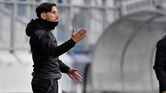 Ansprache: Coach Stefan Leitl fand nach dem 0:2 bei den Lilien zur Pause die richtigen Worte in der Fürther Kabine.