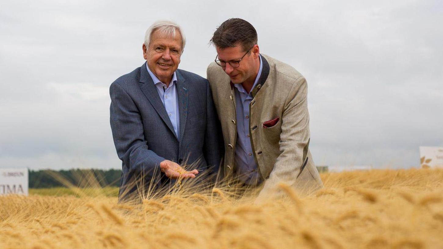 Seniorchef Josef Breun und sein Sohn Martin (r.) inmitten von Getreidefeldern. Mit Saatzucht jenseits von Gentechnik bauten die Breuns über Generationen ihr Geschäft auf.