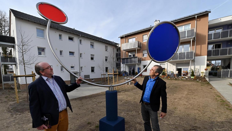 Baugenossenschafts-Vorstand Jürgen Timpel (li.), und Künstler Dieter Erhard haben die Kunstwerke in der Geigerstraße enthüllt.