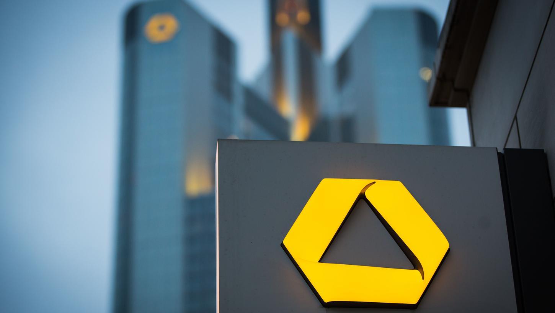 Aus heiterem Himmel erhält die Nürnbergerin die Kündigung der Commerzbank. Ähnliche Fälle gibt es bundesweit.