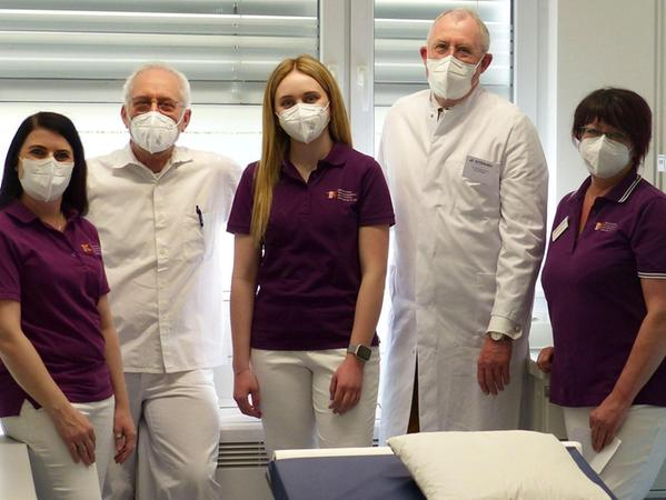 Dr. Eduard Metzger (links) und Dr. Harald Hönle (rechts), Fachärzte für Chirurgie und Unfallchirurgie, mit ihrem Team.