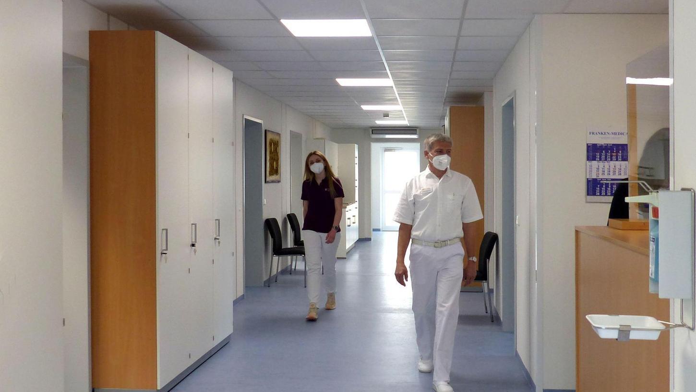 Modern, hell, großzügig: Der Eingangsbereich des Medizinischen Versorgungszentrums (MVZ) in Treuchtlingen. Ab heute ist die Einrichtung in der Josef-Lidl-Straße 3 geöffnet.