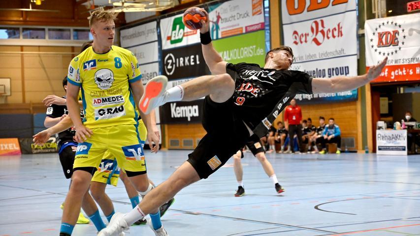 Erlangen:  Endlich wieder Handball in der Hiersemannhalle, wenn auch nur der Ligapokal der 3. Liga. Hier verlor die 2. Mannschaft des Handballclub Erlangen gegen die Gäste aus Pforzheim mit 28:31 (13:13) Toren. Zuschauer waren nicht zugelassen, die Stimmung in der Halle irreal.  Im Bild: Bauer. 17.04.21. Foto:  Harald Sippel