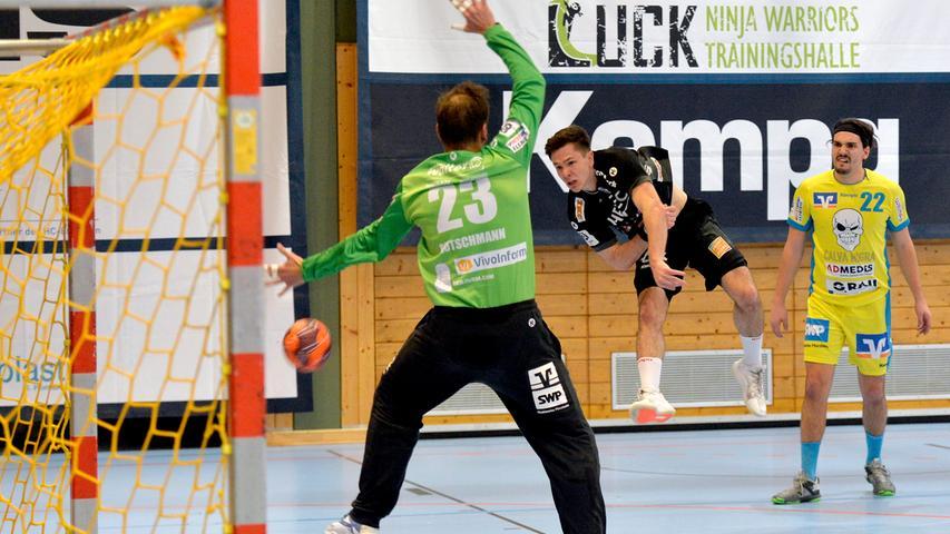 Erlangen:  Endlich wieder Handball in der Hiersemannhalle, wenn auch nur der Ligapokal der 3. Liga. Hier verlor die 2. Mannschaft des Handballclub Erlangen gegen die Gäste aus Pforzheim mit 28:31 (13:13) Toren. Zuschauer waren nicht zugelassen, die Stimmung in der Halle irreal.  Im Bild: Mangen. 17.04.21. Foto:  Harald Sippel