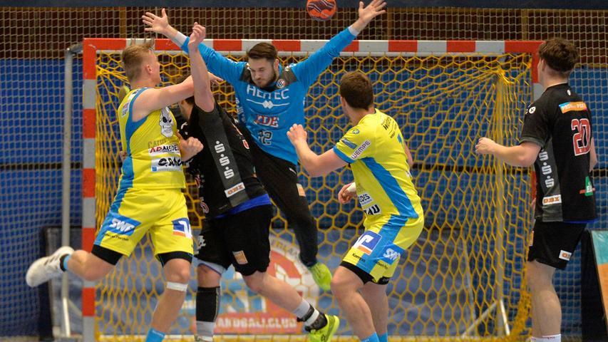 Erlangen:  Endlich wieder Handball in der Hiersemannhalle, wenn auch nur der Ligapokal der 3. Liga. Hier verlor die 2. Mannschaft des Handballclub Erlangen gegen die Gäste aus Pforzheim mit 28:31 (13:13) Toren. Zuschauer waren nicht zugelassen, die Stimmung in der Halle irreal.  Im Bild: TW JAnis Boieck, Abwehr. 17.04.21. Foto:  Harald Sippel