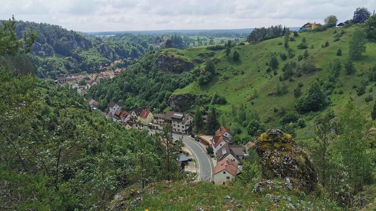 Die Trockenhänge Pottensteins sind ein Naturschutzgebiet und zugleich teil des Naturparks Fränkische Schweiz – Frankenjura. Dieser ist mit einer Fläche von mehr als 2300 Quadratkilometern einer der größten Naturparks in Deutschland.