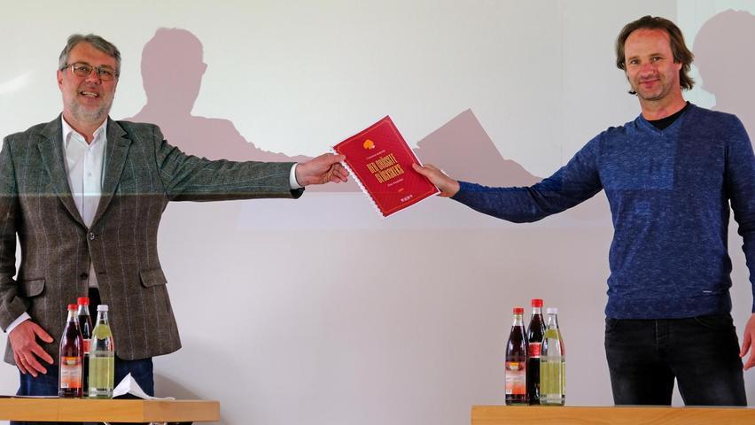 Weißenburger Stadtschreiber überreicht sein Werk