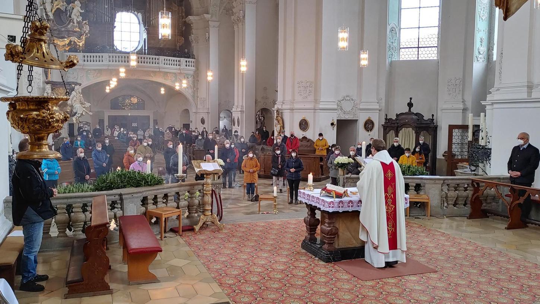 Pfarrer Pater Ludwig Mazur predigte vor zahlreichen Wahlfahrtsführerinnen und -führern, die in der Basilika Gößweinstein – natürlich mit dem notwendigen Abstand – zum Gebet versammelt waren.