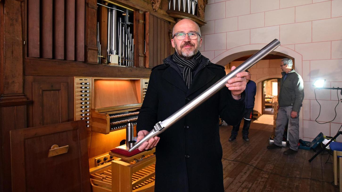 Die Orgel liegt unter einer dicken Staubschicht. In diesem Zustand kann sie Markus Simon nicht bespielen. Die Säuberung kostet etwa 15 000 Euro.
