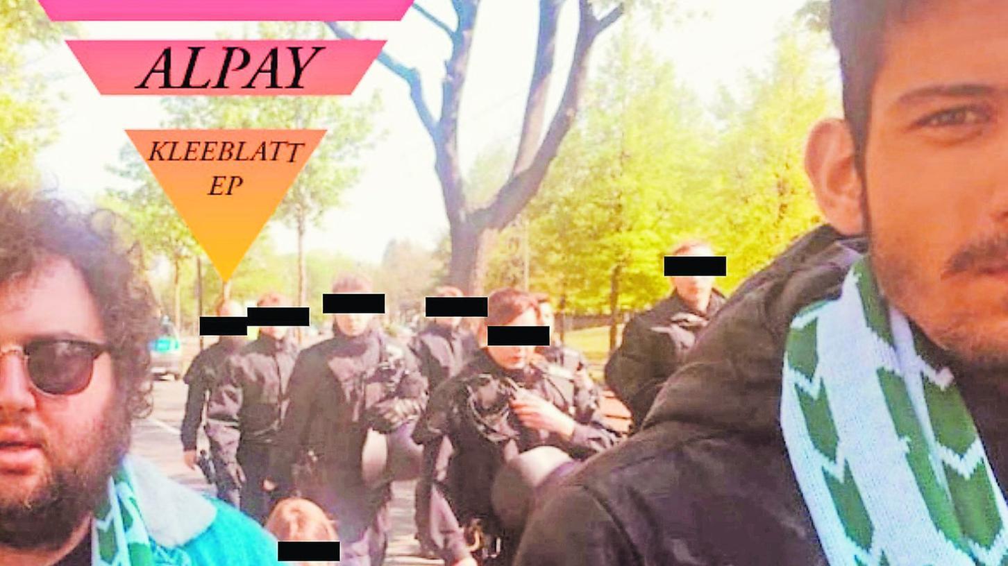 """Alpay (rechts) und Florian Helleken alias Flöte (links) haben sich als langjährige Kleeblatt-Fans auf einer Auswärtsfahrt nach Magdeburg kennengelernt. Dieses Bild ist das Cover der """"Kleeblatt EP"""", der ersten Veröffentlichung der Inklusions-Band """"Alpay""""."""