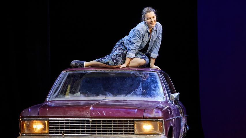 Ein Auto auf der Bühne macht sich immer gut. Frischt den Kutschen-Charme so mancher Operette auf. Paula Meisinger in