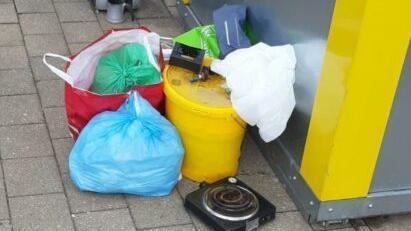 Immer häufiger ist an Altglascontainern, wie hier in Reichenschwand, illegal abgestellter Müll zu finden.