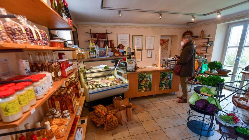 Im Herzen der Gemeinde, gleich neben Mühlweiher und Hirtenbach, liegt der Bauernladen des Spargelhofes Zenk.