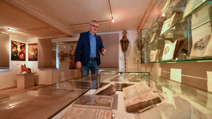 Hingucker im Museum (hier mit Bürgermeister Bernd Ruppert) sind nicht nur die vielenhandgeschriebenen...