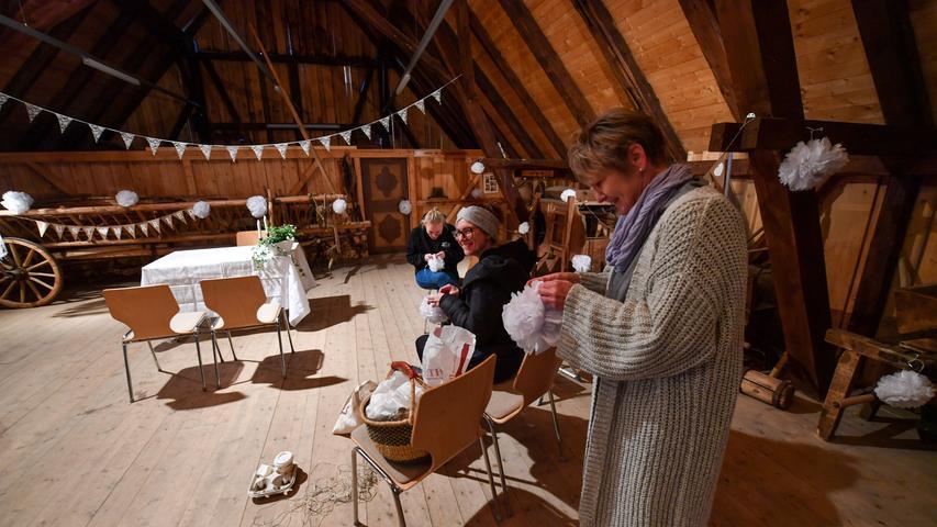 Im Obergeschoss der Scheune finden gerade Deko-Arbeiten für eine Trauung statt.