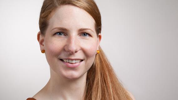 Rike Sindbert klärt bei Pro Familia über das Thema Genitalverstümmelung auf.