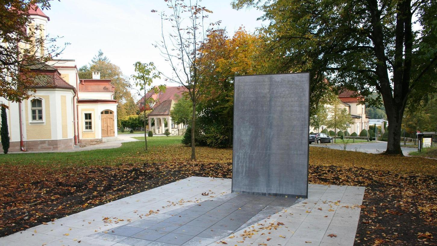 """2012 wurde auf dem Klinikgelände des Bezirksklinikums Ansbach ein Mahnmal für die Opfer der """"NS-Euthanasie"""" errichtet. Die Strichliste darauf erinnert an die Bürokratisierung des Massenmordes."""