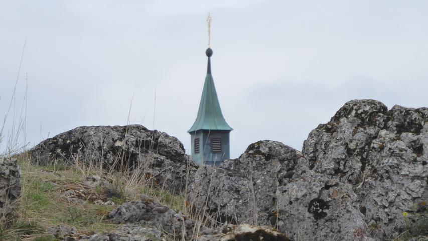 Ein Foto, bei dem man auf den ersten Blick nicht unbedingt ans Walberla denkt. Der Kirchturm der Walpurgiskapelle hinter den Walberla-Felsen.