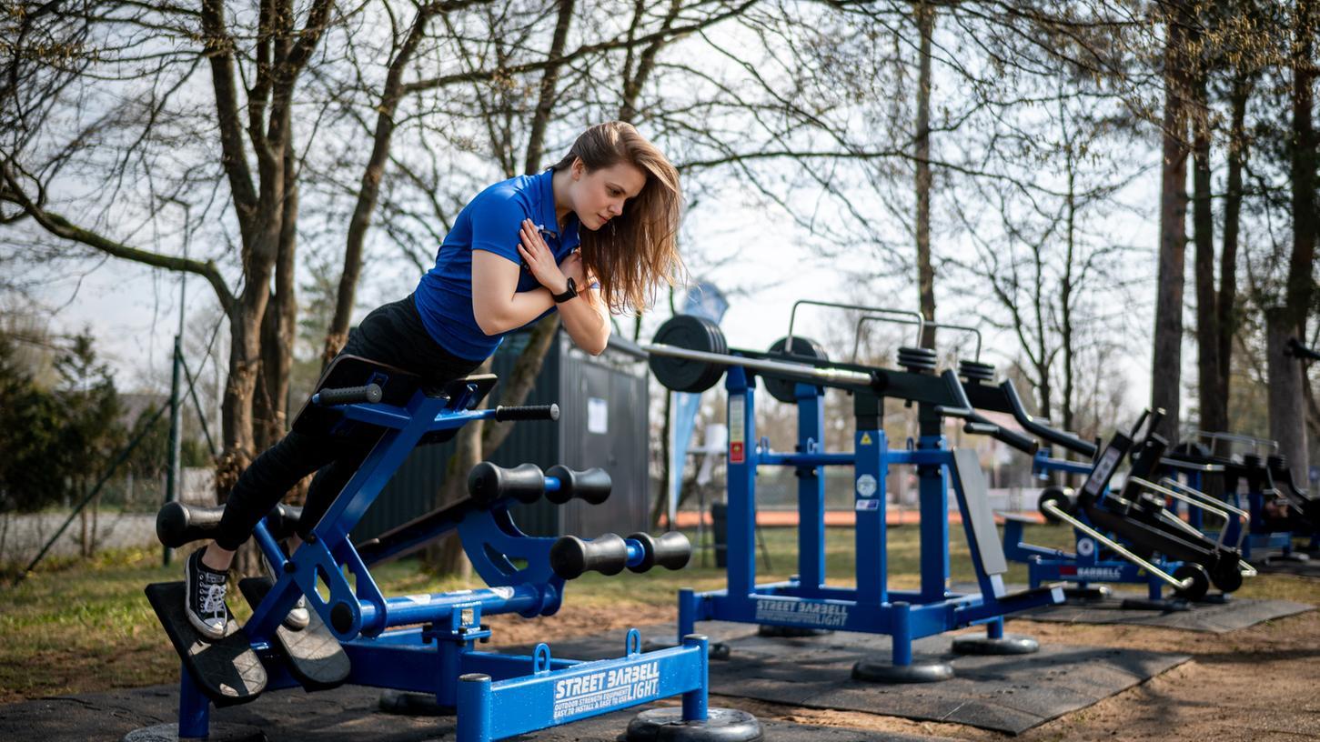 Wie im Fitness-Studio: Annika Säckl vom Post SV trainiert auf den neuen Geräten im Sportpark Ebensee.