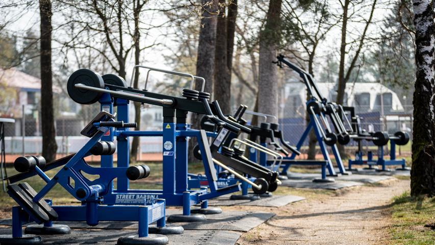 20.04.2021 --- Der Post SV Nürnberg erweitert sein Outdoor-Fitness-Angebot und holt ein europaweites Pilotprojekt im Bereich Outdoor-Sport mit EU-Förderung nach Deutschland --- Foto: Sport-/Pressefoto Wolfgang Zink / ThHa ---   Impression Trainingsgeräte