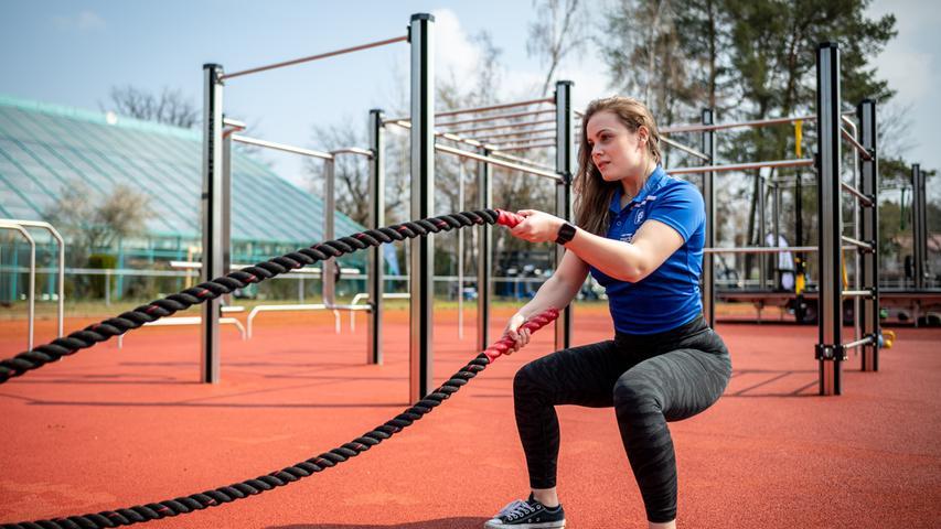 20.04.2021 --- Der Post SV Nürnberg erweitert sein Outdoor-Fitness-Angebot und holt ein europaweites Pilotprojekt im Bereich Outdoor-Sport mit EU-Förderung nach Deutschland --- Foto: Sport-/Pressefoto Wolfgang Zink / ThHa ---   Impression Training an Geräten