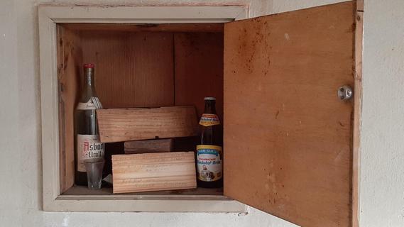 Sanierungsarbeiten im Creußener Rathaus: Schnaps- und Bierflaschen aus den 1970ern entdeckt