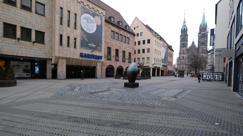 So leer war es vor Corona in der Nürnberger Innenstadt nur selten. Doch im Lockdowngehört wenig Betrieb in der Fußgängerzone zum Alltag.