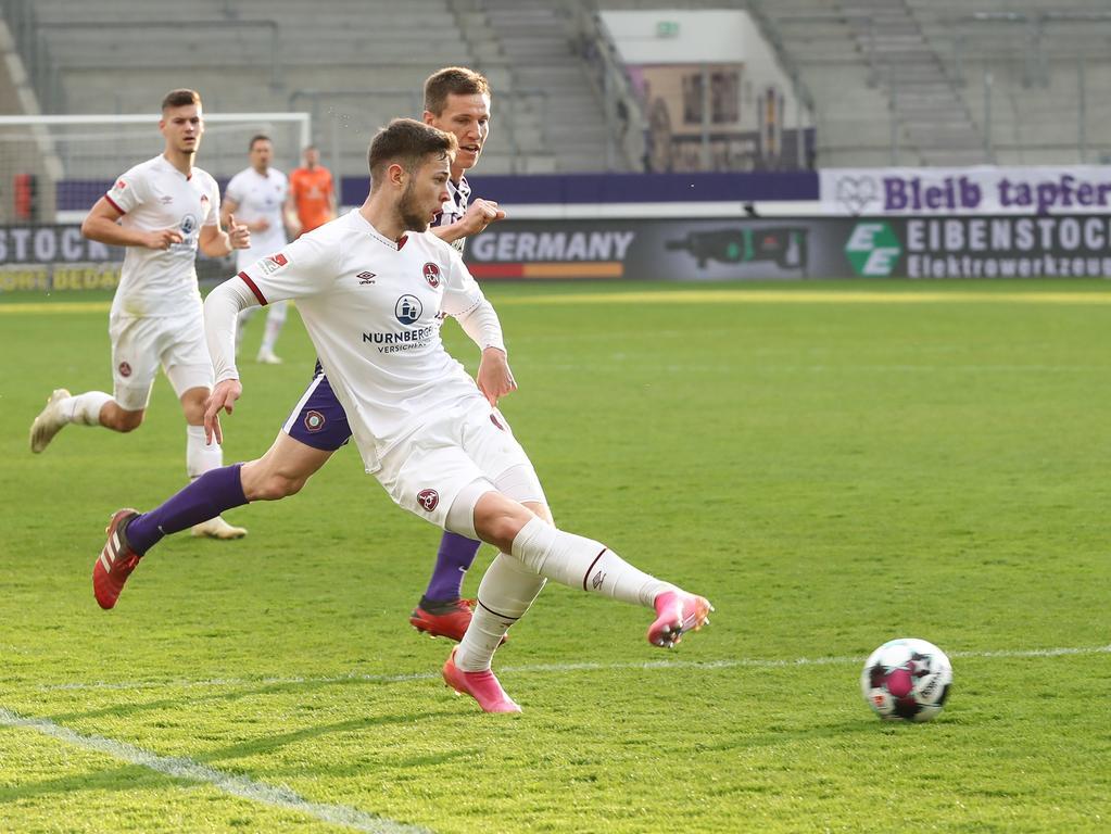 20.04.2021 --- Fussball --- Saison 2020 2021 --- 2. Fussball - Bundesliga --- 30. Spieltag: FC Erzgebirge Aue - 1. FC Nürnberg FCN ( Club ) --- Foto: Sportfoto Zink/DaMa --- DFL regulations prohibit any use of photographs as image sequences and/or quasi-video - only for editorial use ---   Eric Shuranov (44, 1. FC Nürnberg / FCN ) mit Flanke