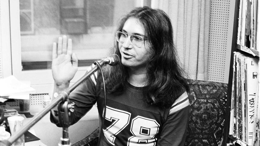 """Er war der Kopf hinter dem Sound von Meat Loaf, für den er die Hits schrieb (""""Bat Out Of Hell"""", """"I'd Do Anything for Love (But I Won't Do That"""") und die Platten auch gleich produzierte - mit einer Extraportion Bombast und Pathos, die er """"Wagnerian Rock"""" nannte. Auch mit Bonnie Tyler, Céline Dion, Barbra Streisand, Barry Manilow und den The Sisters Of Mercy arbeitete er erfolgreich zusammen. Am 19. April 2021 ist der US-amerikanische Komponist und Produzent Jim Steinman ist im Alter von 73 Jahren gestorben."""