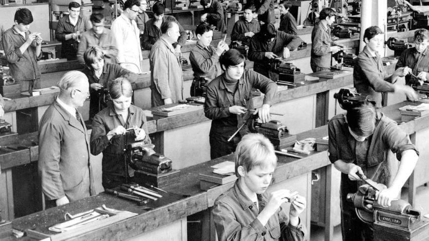 Um 1970 sah die Ausbildung bei Schaeffler noch wenig digital aus. Aber: Auch Frauen waren vertreten.Abgesehen davon, dass an der Spitze des Unternehmens eine Frau steht, bemüht sich das Unternehmen auch so um Gleichberechtigung.