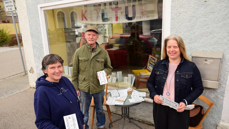 In der Hauptstraße soll es bald einen Stadtladen geben, in dem wohnortnah und regional eingekauft werden kann. Dorothee Bucka, Willi Halbritter und Gabriele Auernhammer (v. li. n. re) wollen dafür die Werbetrommel rühren.