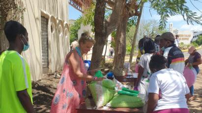 Gudrun Hartmann verteilt Lebensmittelpakete an Arme. Neun Euro sind sie wert, die Menschen können zwei Wochen davon leben.