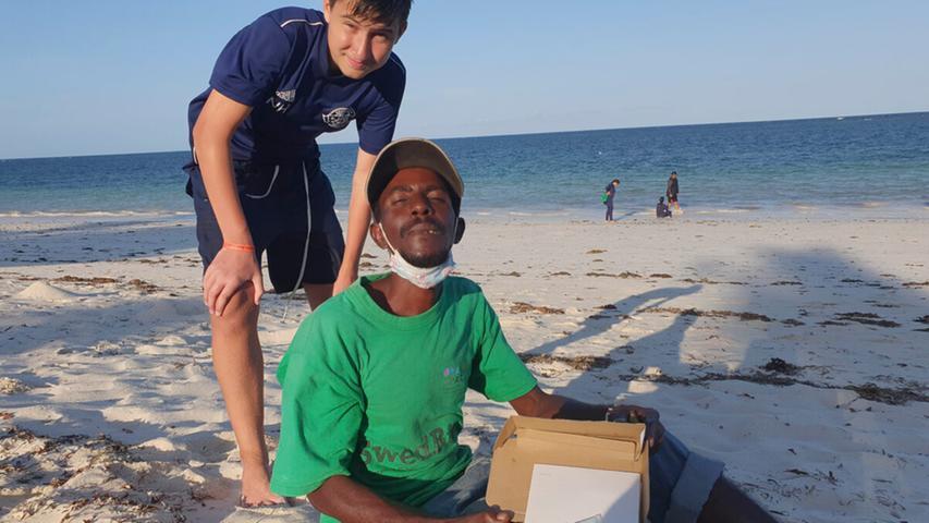 Nico Hartmann mit einem Freund, der von den paar Schillingen lebt, die er erhält, wenn er Kokosnüsse an Touristen verkauft.
