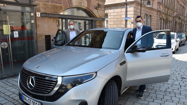 Original:Roths Bürgermeister Ralph Edelhäußer ist seit Dezember 2020 in einem schicken E-Auto, einem Mercedes EQC 4 Matic unterwegs. Der Umwelt zuliebe.