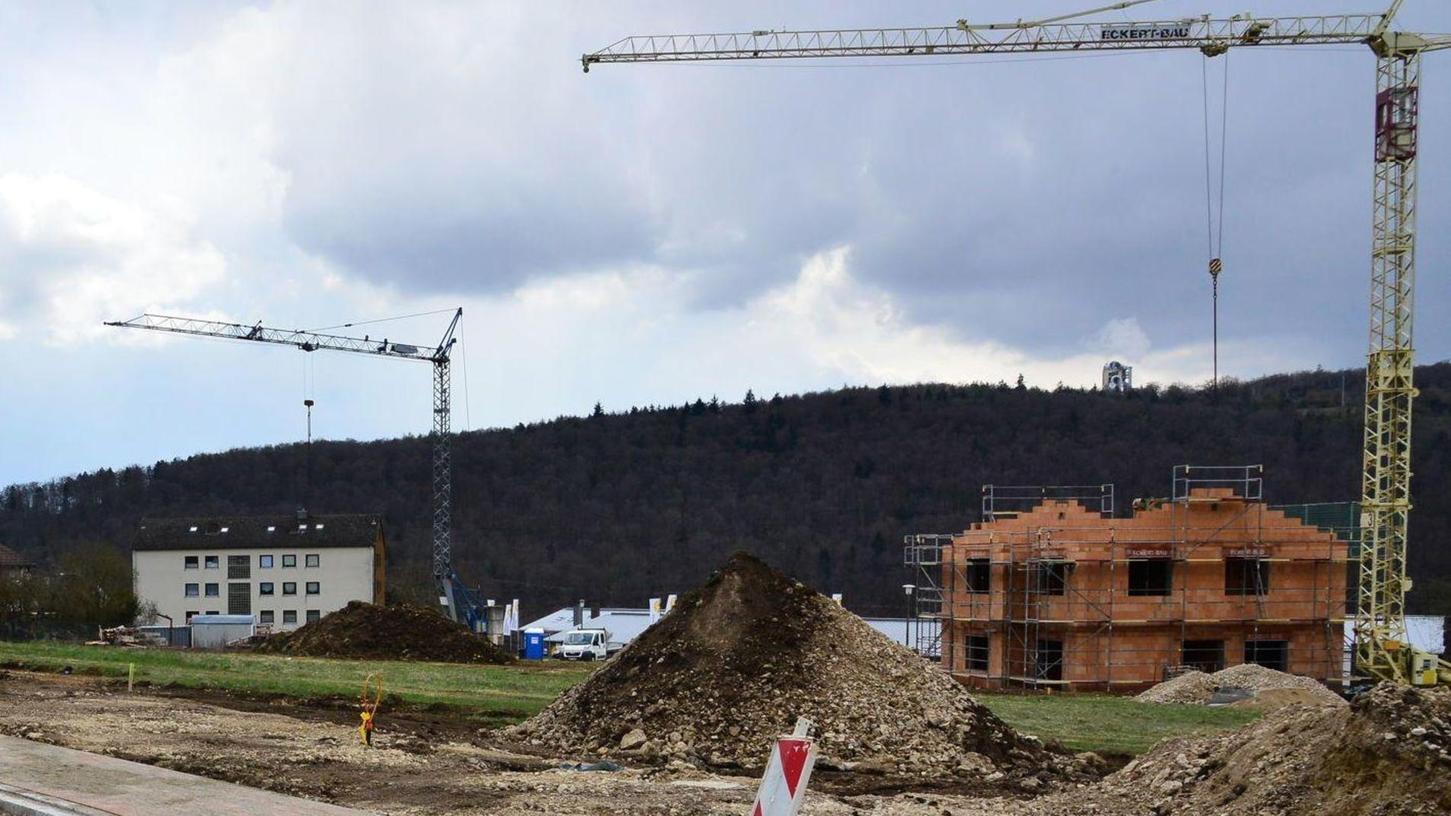 Auch in der Region wird kräftig gebaut und neue Baugebiete sind meist rasch verkauft – wie hier Am Bieswanger Weg in Solnhofen, wo alle 20 Grundstücke schon neue Eigentümer gefunden haben. Einige haben schon mit dem Rohbau begonnen.