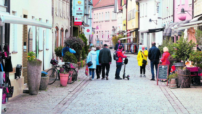 """Die Apothekenstraße in Forchheim gestern Mittag: """"An diesem Samstag, 10. April, war es voll, wie es oft der Fall ist"""", schildert Kathrin Grüner, Inhaberin des Restaurants Lübbis. Bei der Polizeikontrolle waren einige verärgert über die Beamten."""